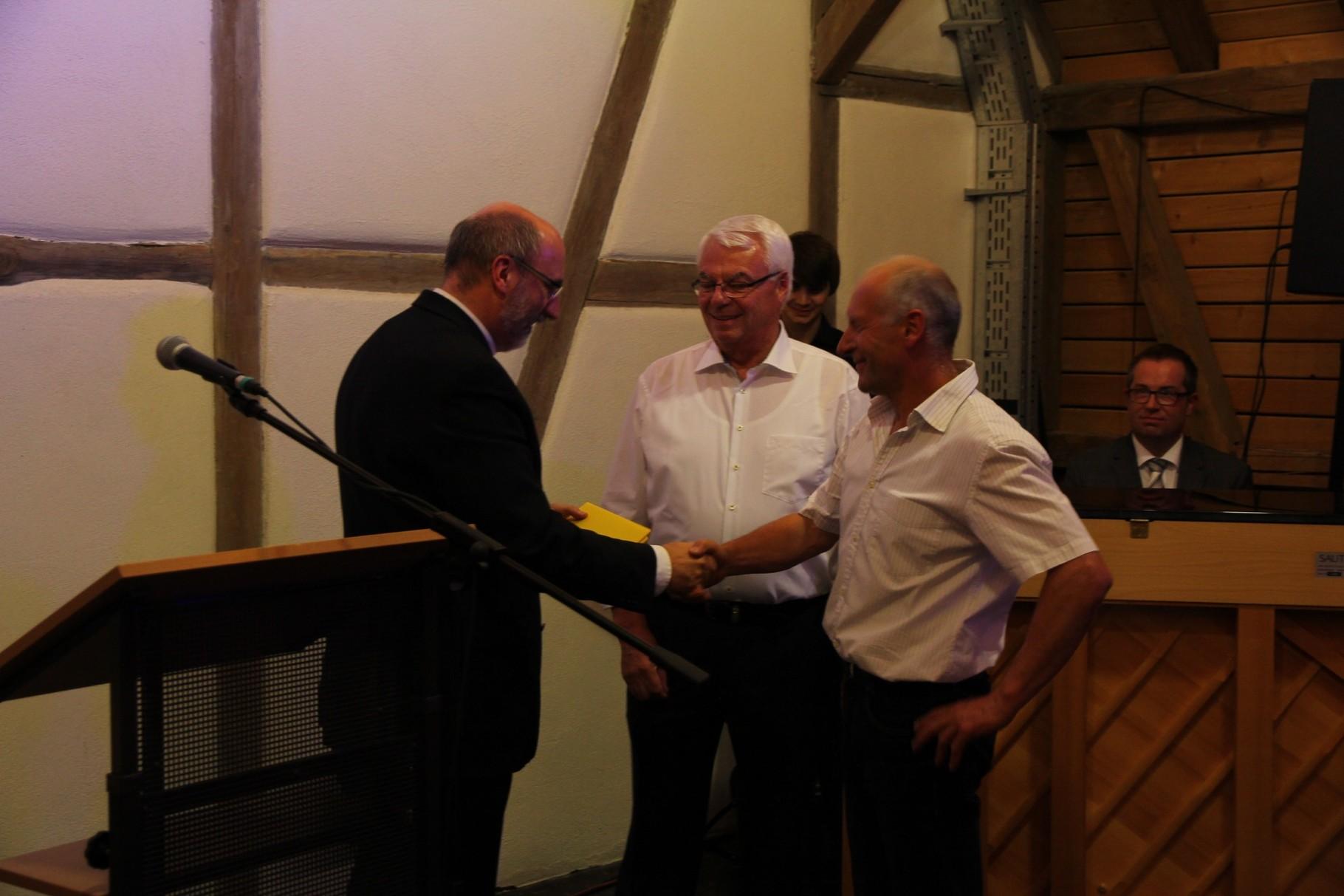 Dieter Hofmann und Wolfgang Schell erhalten ein Präsent