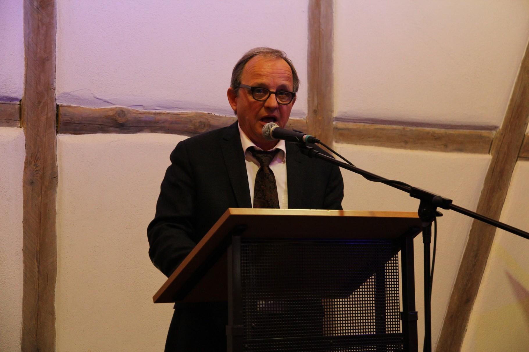 Erzb. Bauoberamtsrat Hanno Roters erläutert das Renovierungsprojekt