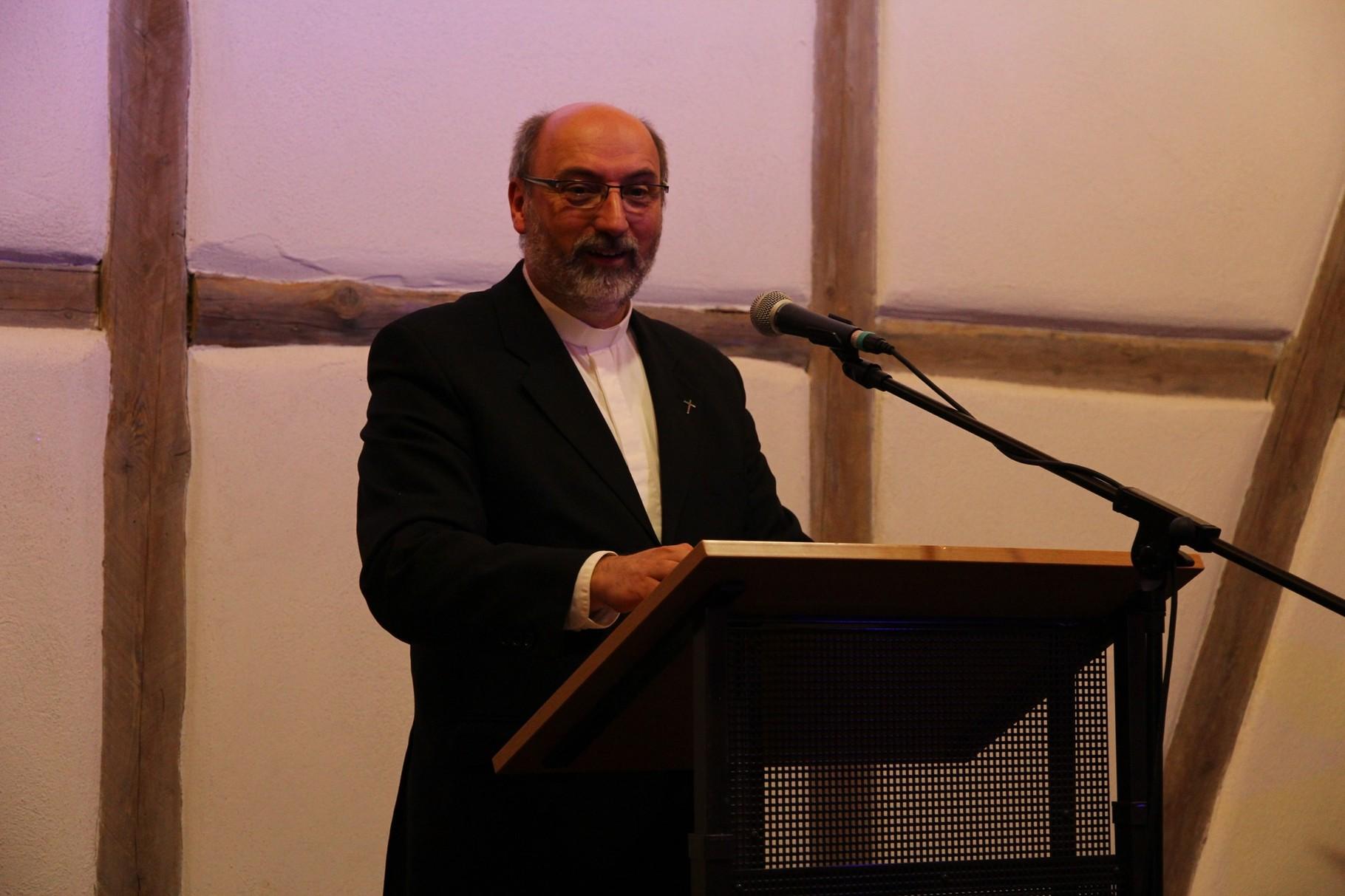 Pfarrer Andreas Schneider spricht die Dankes- und Schlussworte