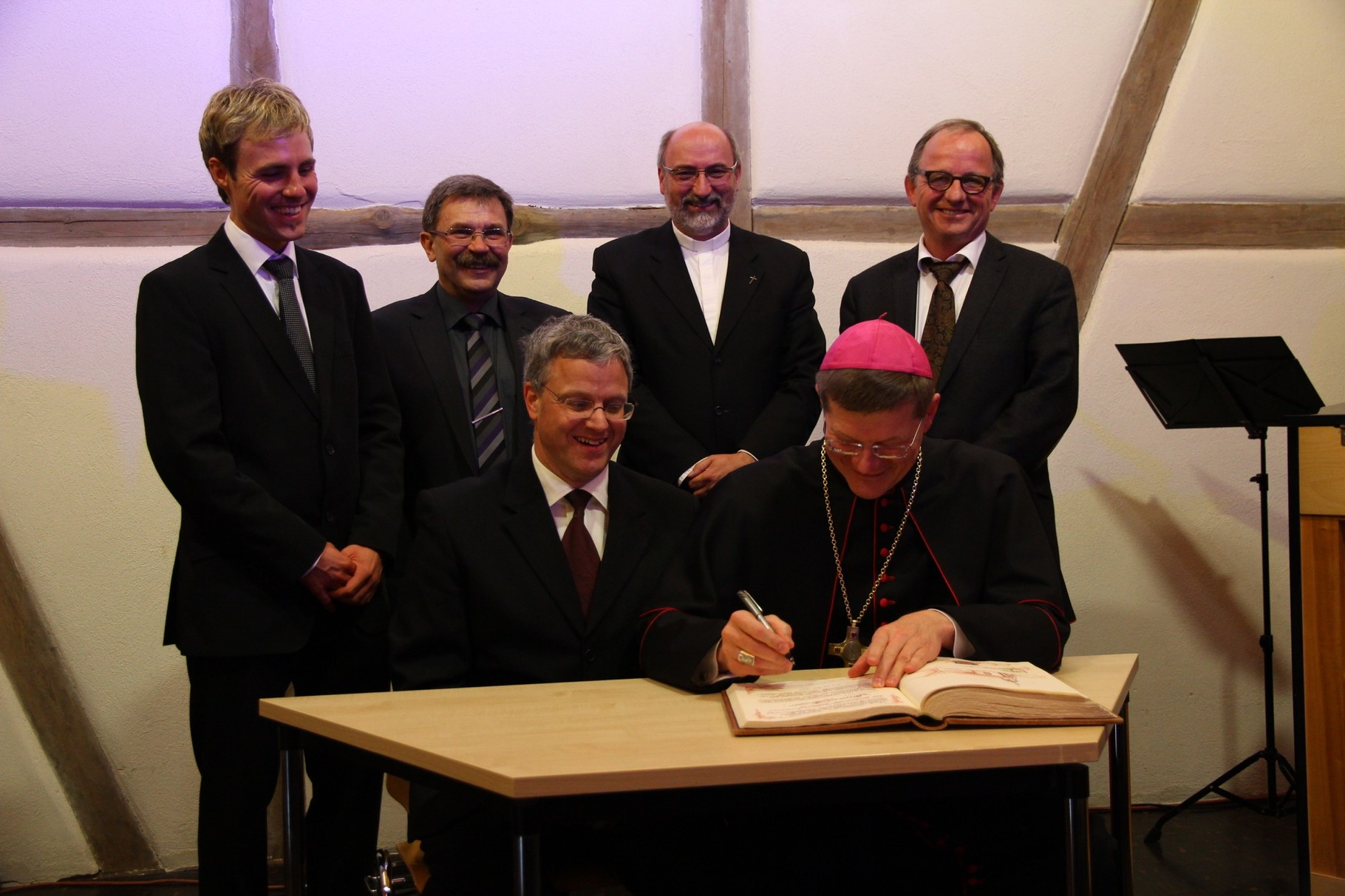 Eintrag von Erzbischof Stephan Burger in das Goldene Buch der Gemeinde Seckach (2)