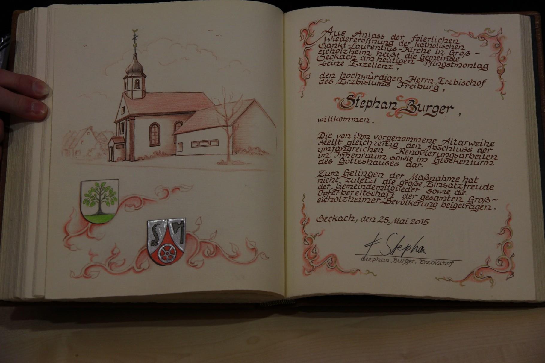Der Eintrag des Erzbischofs im Goldenen Buch der Gemeinder Seckach