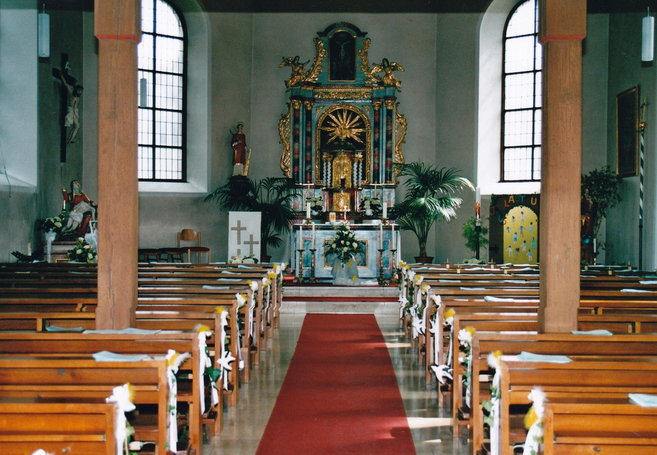 Festlich geschmückte Kirche für die Erstkommunion 2005 (Foto: Dieter Hofmann)