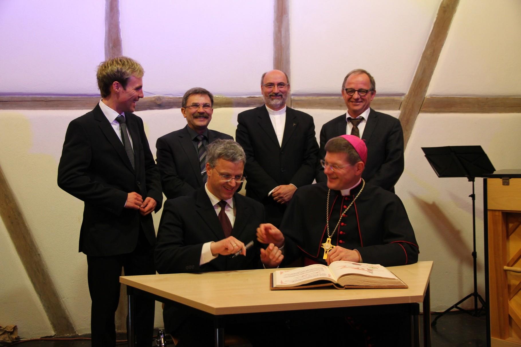 Eintrag von Erzbischof Stephan Burger in das Goldene Buch der Gemeinde Seckach (1)