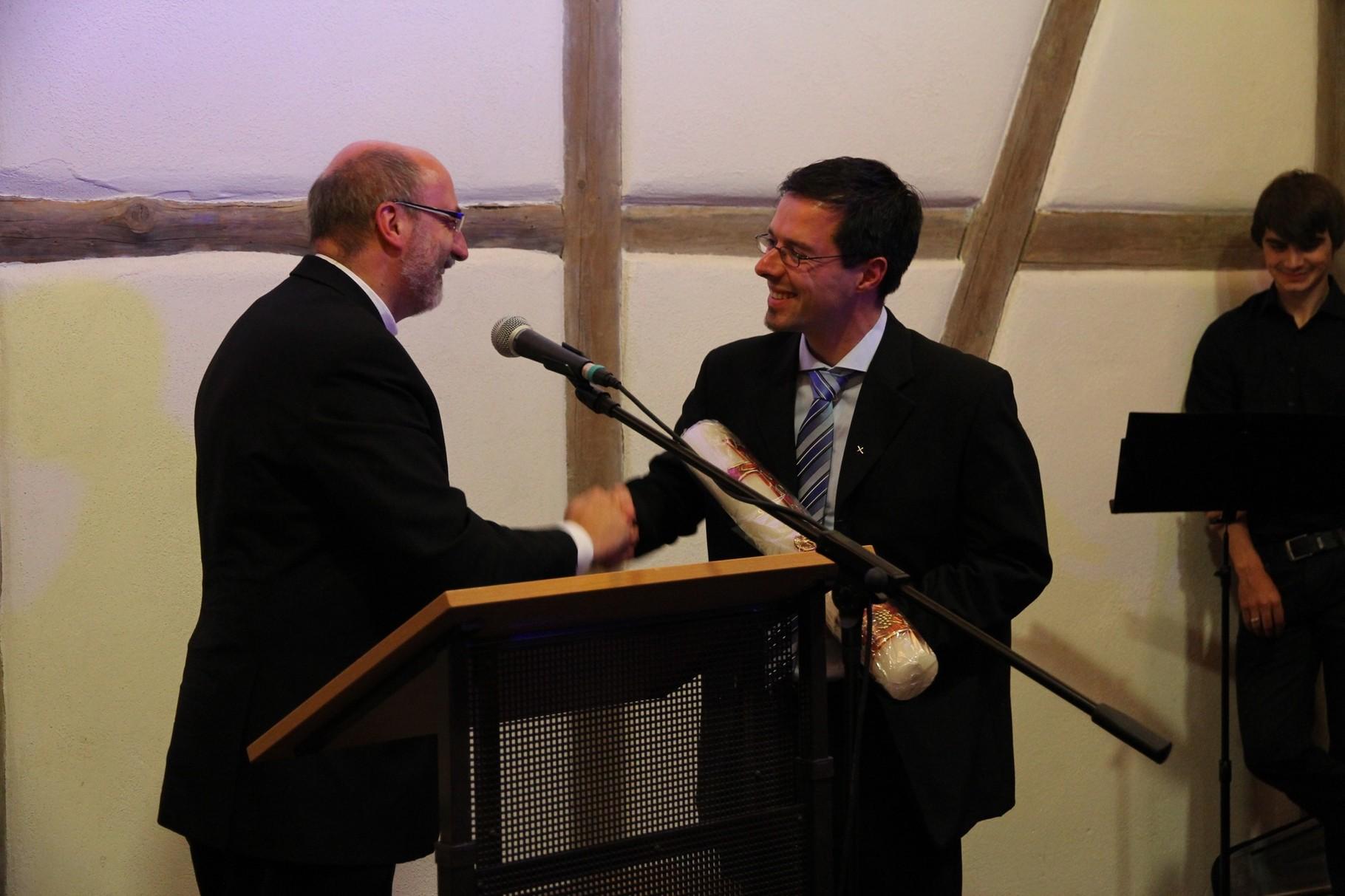 Pfr.Schneider übergibt dem evang. Pfarrer Stromberger eine Osterkerze als Dank für die Gastfreundschaft (2)