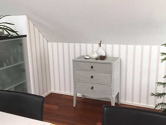 Wohnzimmer neu mit Streifentapete