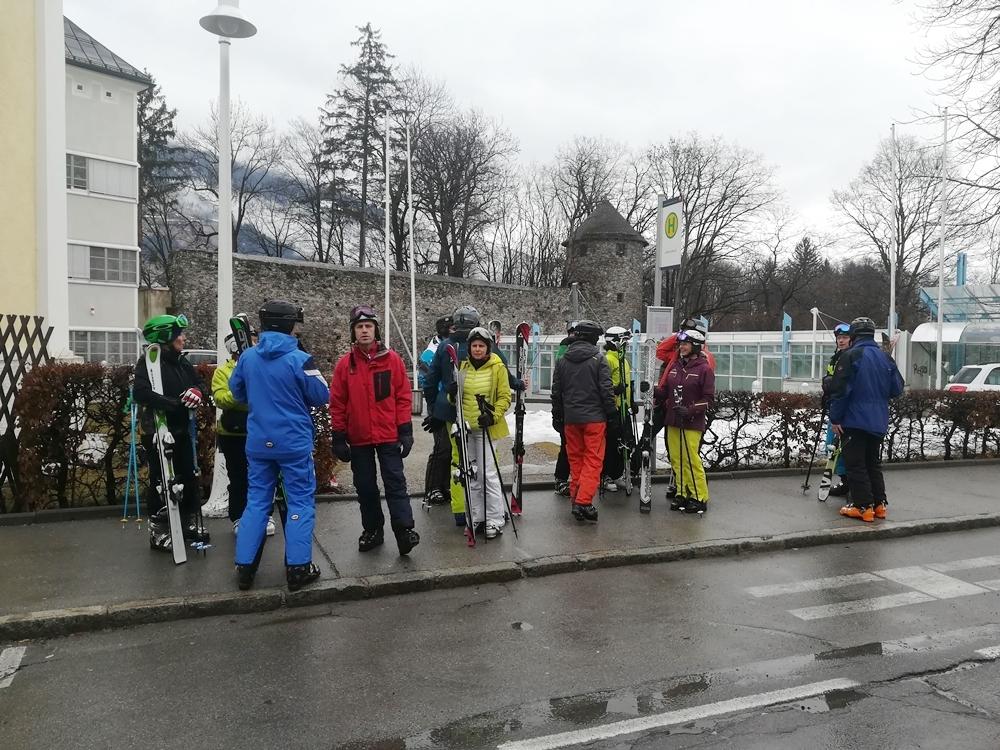 Warten auf den Skibus zum Skigebiet Zettersfeld in Lienz