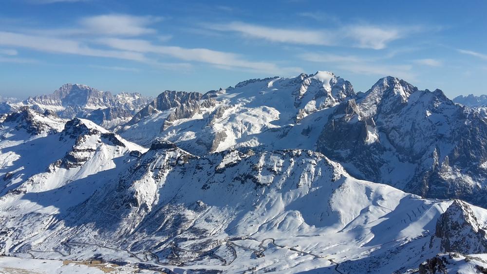 Die Marmolada vom Pordoi - Joch, im Vordergrund das Skigebiet von Arraba und der Pordoipass
