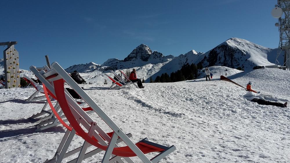 Stilleben mit Liegestuhl auf der Alpe Cermis