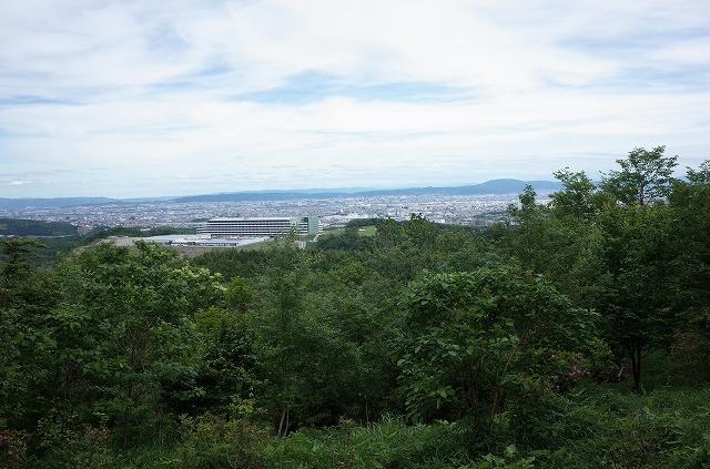 山頂から彩都中部地区、茨木市街を望む