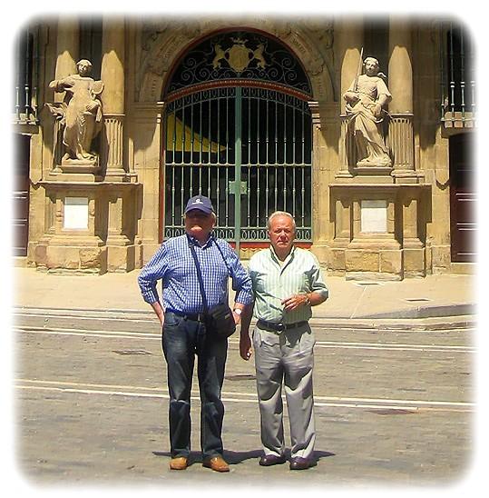 José con un amigo, Armando. Ayuntamiento de Pamplona, Plaza Consistorial