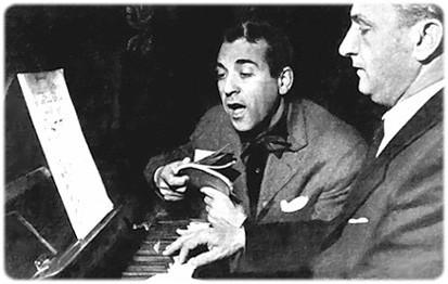 Luis Mariano en séance de répétition au piano