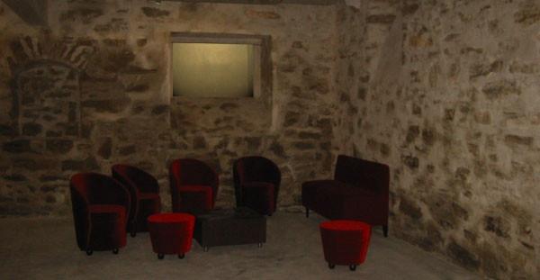 Caveau jazz - sol en béton brut, murs en pierres naturelles, éclairage par le biais des sauts de loups