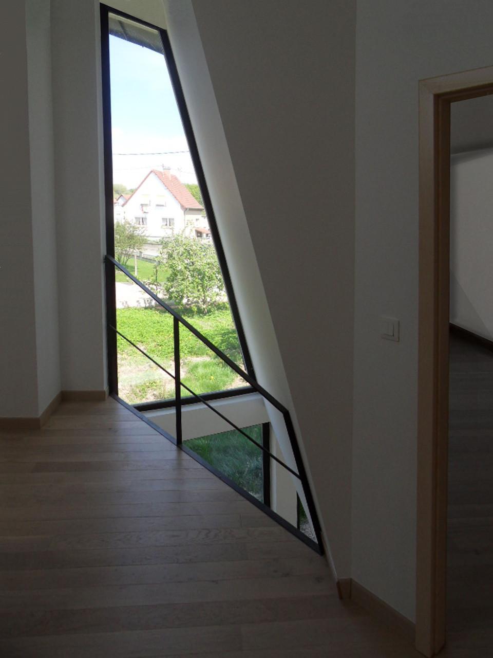 Vue depuis l'intérieur des appartements. Jeux de murs, planchers et baies obliques