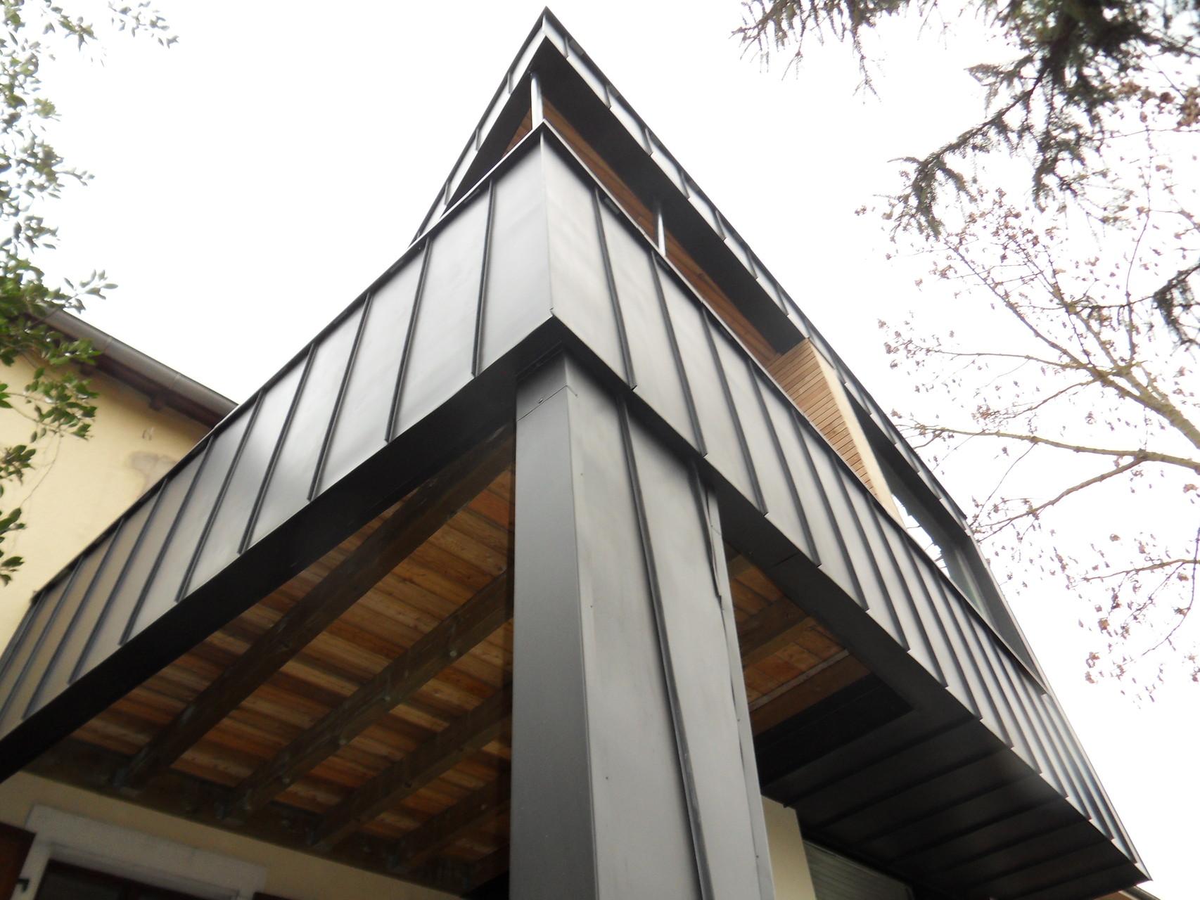 Loggia du 1er : ossature bois recouverte de zinc et de mélèze