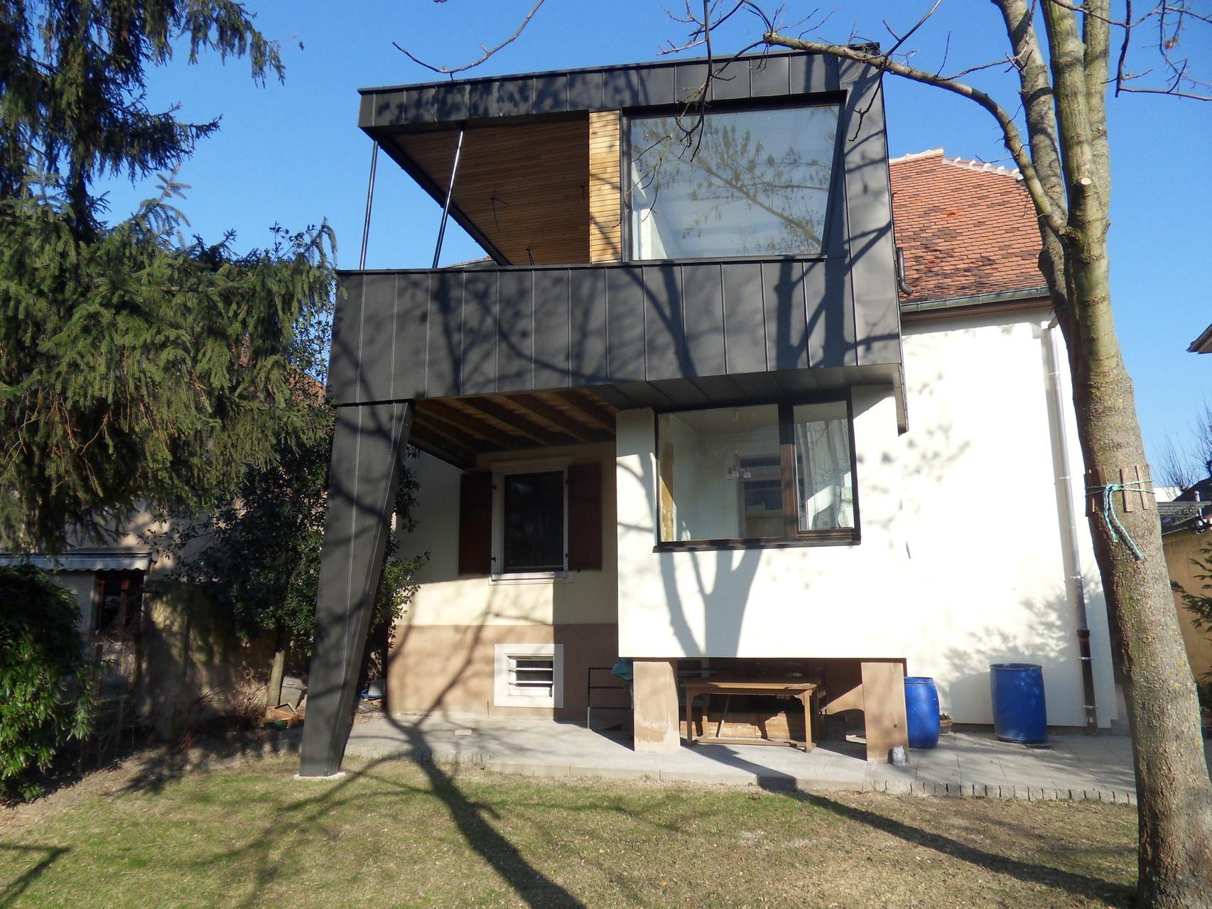 Après travaux. La loggia du 1er est devenu une pièce à vivre et une terrasse.