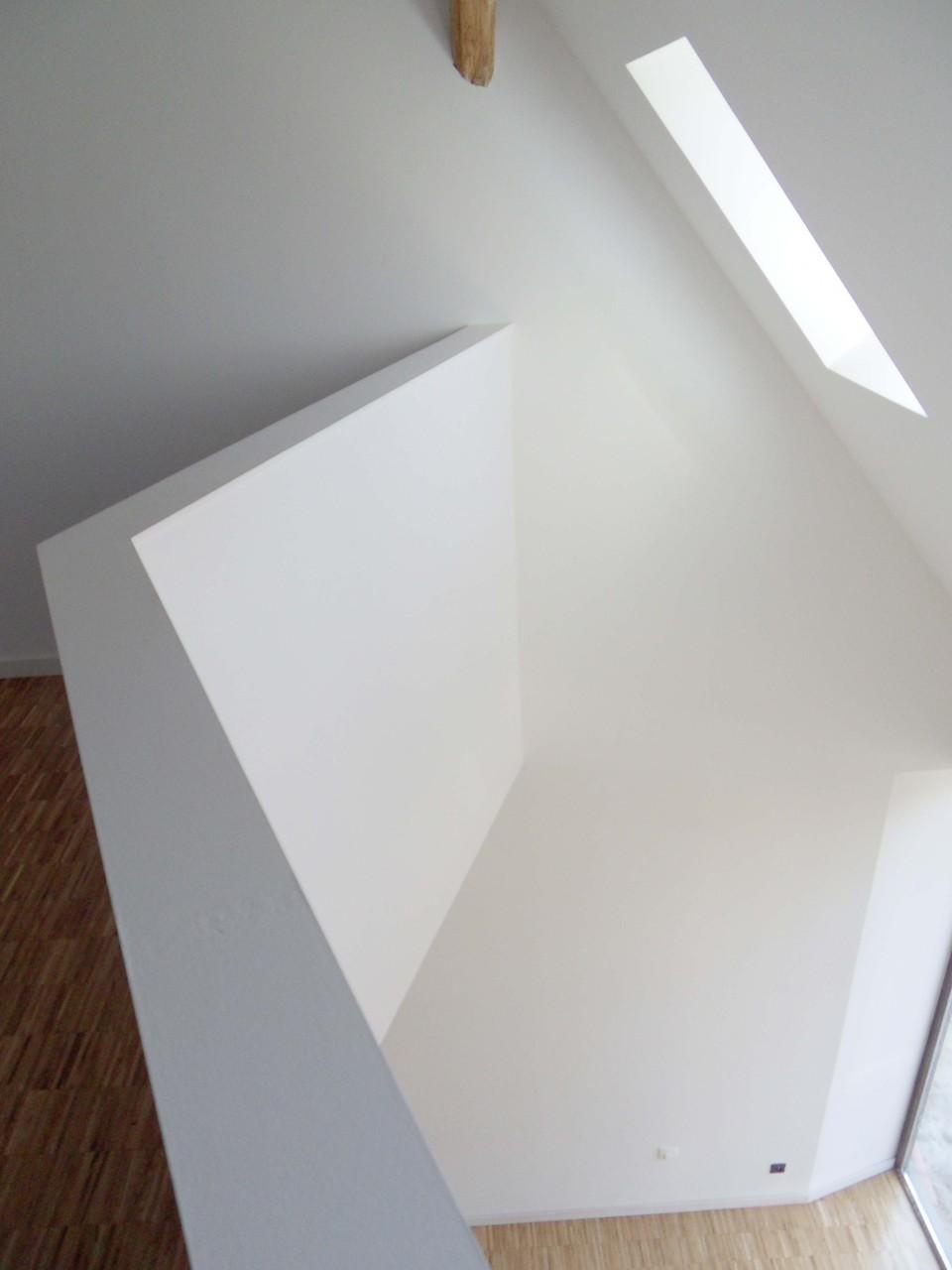 Ainsi les jeux d'ombres créent à eux seul une décoration sobre dans la maison.