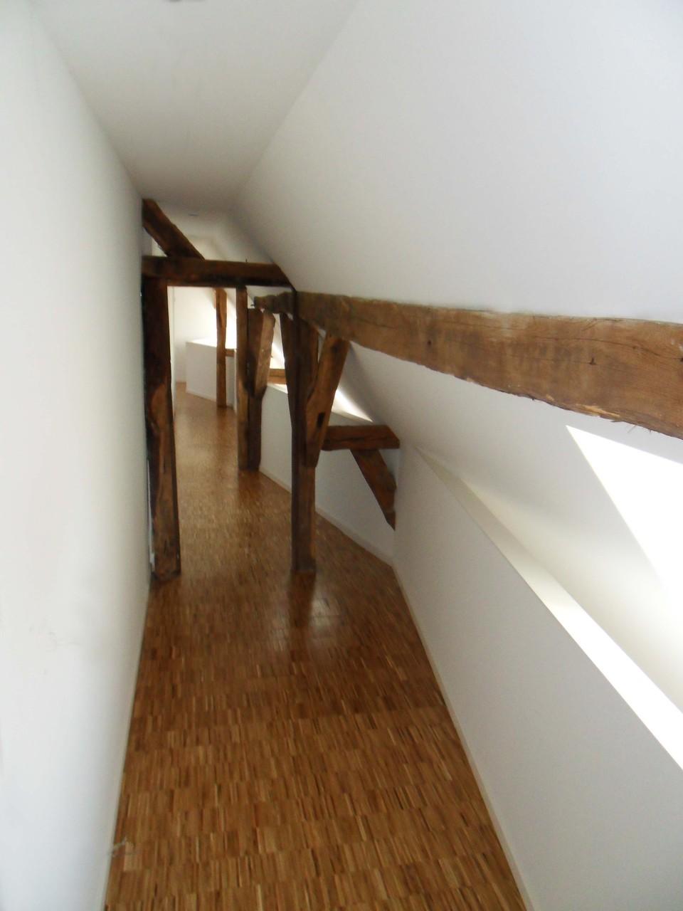 Des fenêtres de toit ont été ajoutées et éclairent à la fois l'étage et le rez-de-chaussée.