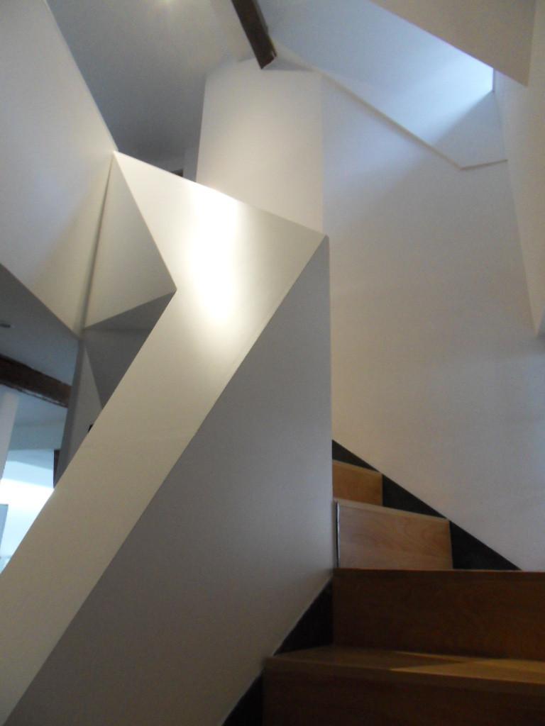 Passage de l'escalier dans une lucarne existante afin de pouvoir échapper