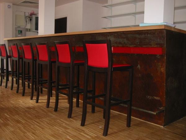 Bar en acier brut rouillé - sol en lames de chêne