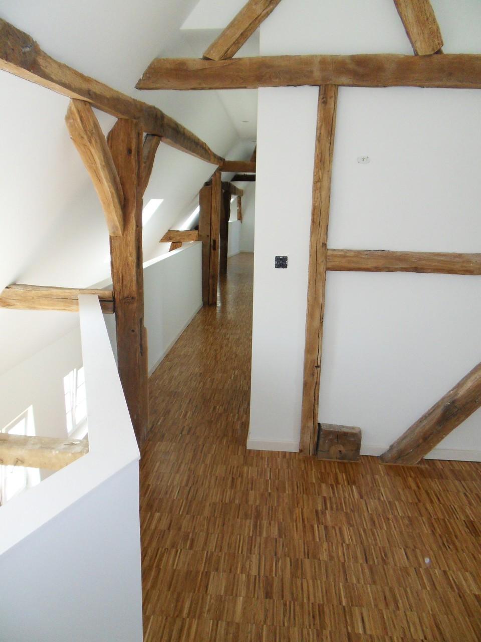 Les sols sont en chêne posé sur chant. Les murs sont peints en blanc afin de conserver une luminosité importante
