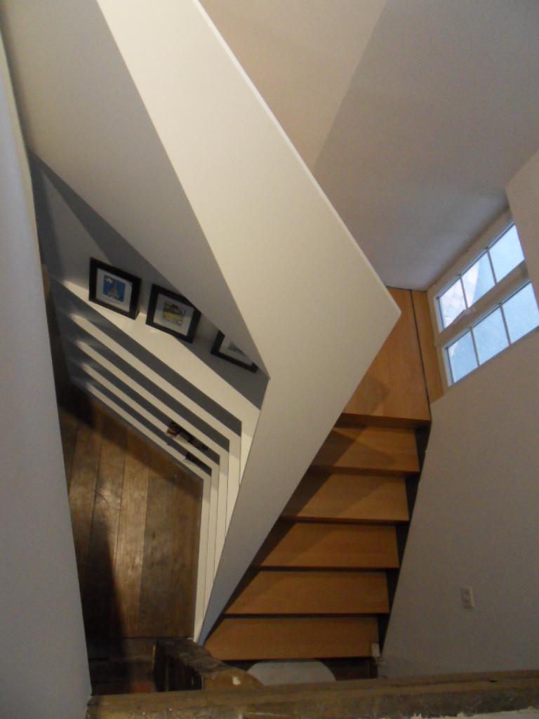 Réglage du palier de l'escalier sur l'allège de la fenêtre existante conservée