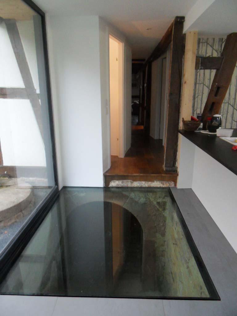 Ancien escalier extérieur d'accès au sous-sol recouvert d'un plancher en verre