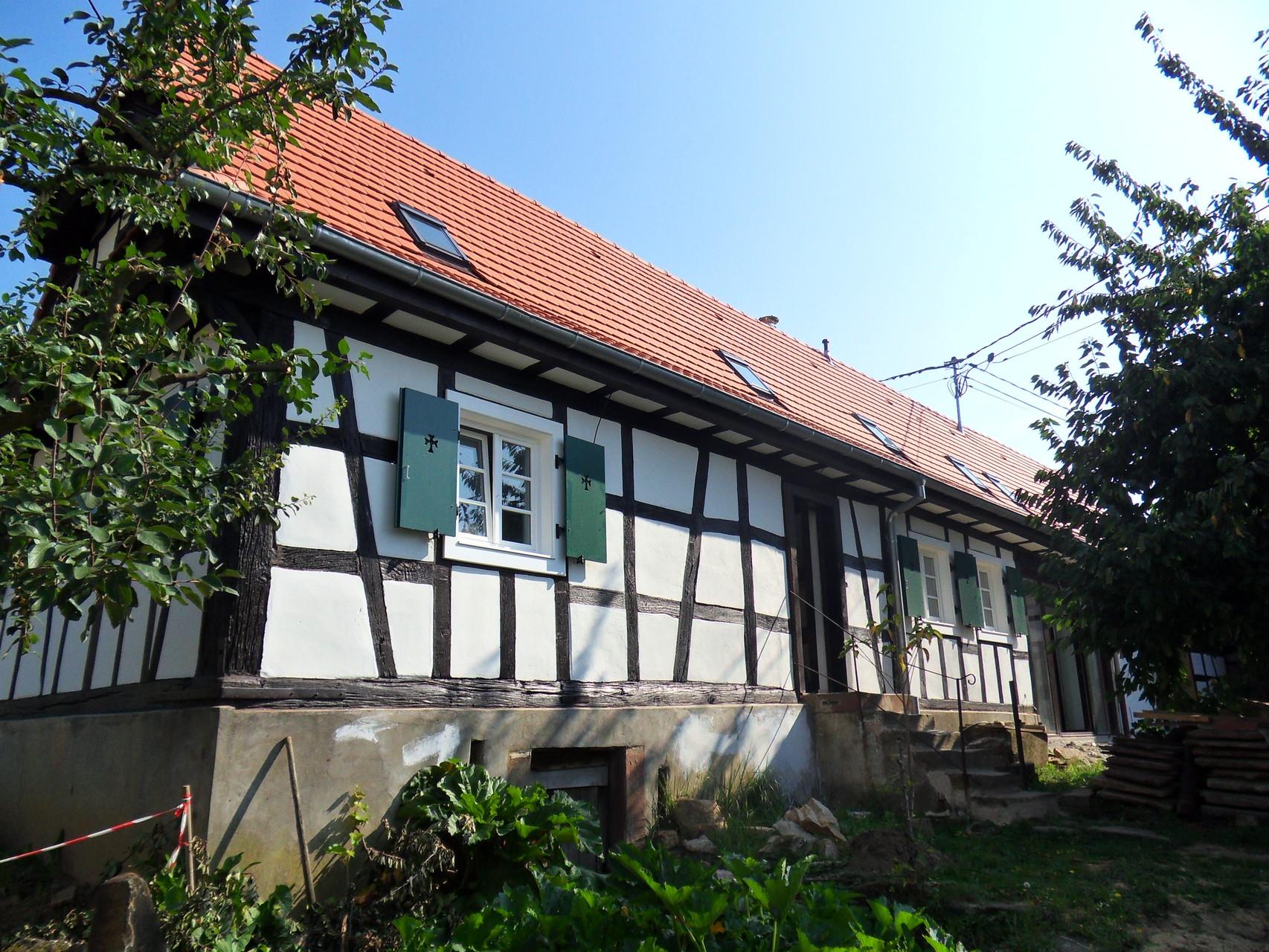 Vue de l'ossature chêne conservée et de la nouvelle toiture et des nouvelles menuiseries