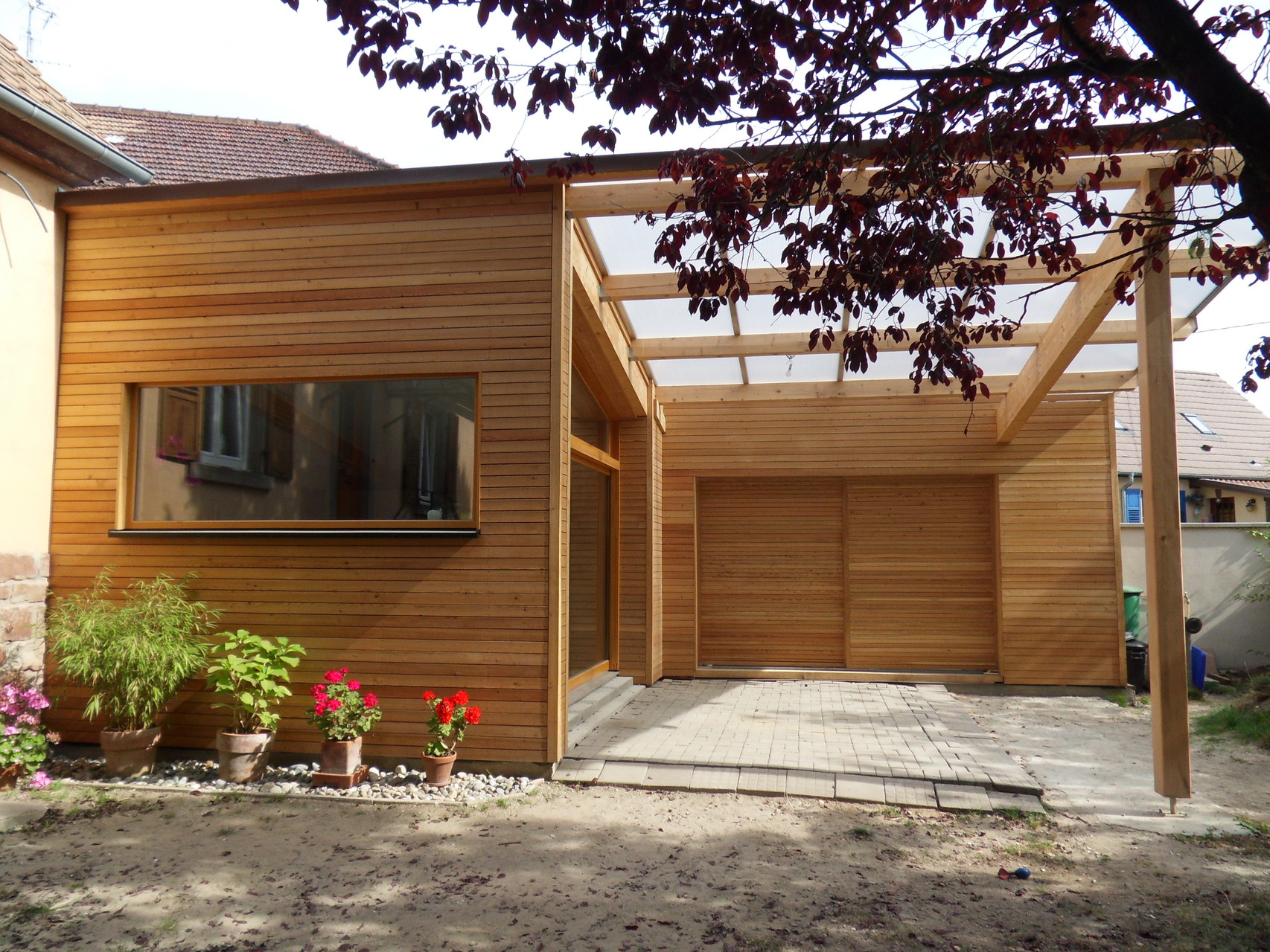 Ossature bois et bardage bois, menuiseries bois et couverture souple et polycarbonate