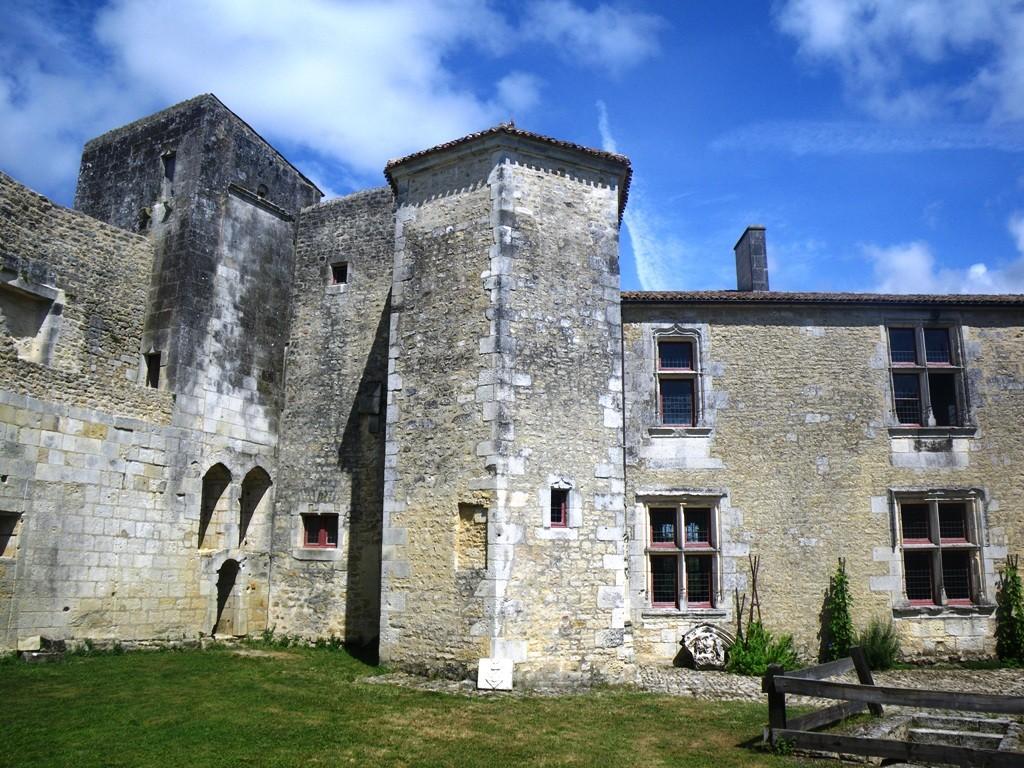 La cour intérieure et ses bâtiments du 14e siècle