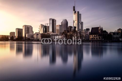 Bild der Frankfurter Skyline vom Mainufer aus mit Fotolia-Wasserzeichen von Tobias Gawrisch Xplativity