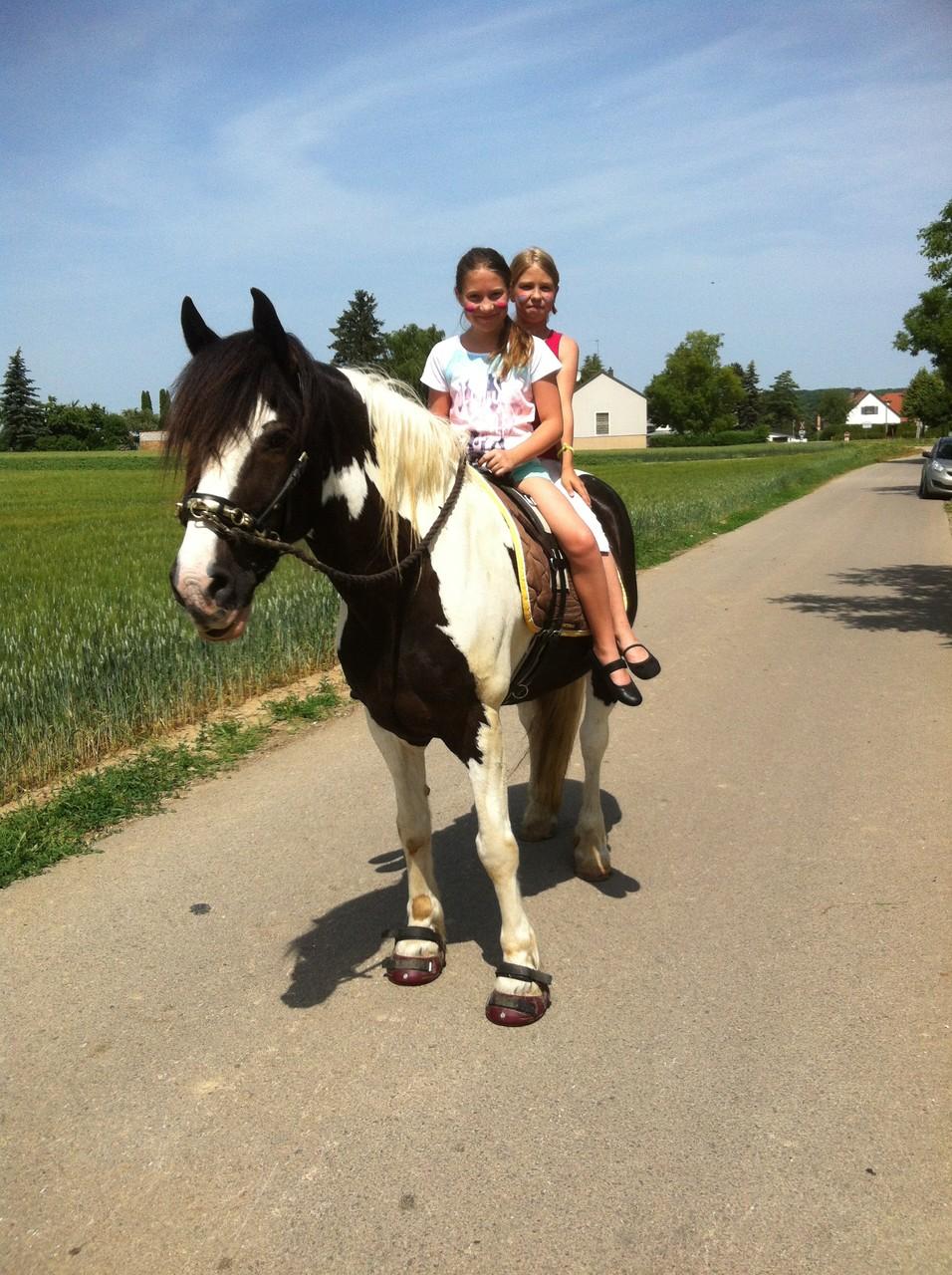 Ponyreiten beim Bahnhofsfest in Asparn 2015