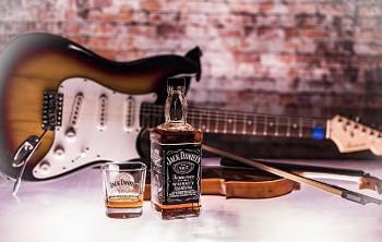 ギターとジャックダニエルの画像