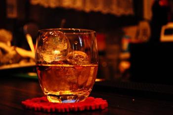 ウイスキーの入ったロックグラスの画像