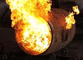 ウイスキーの樽を焦がす作業の画像