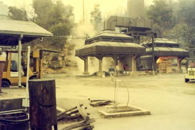 ジャックダニエル工場での炭製造
