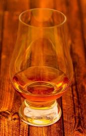 ウイスキーの入ったグラスの画像