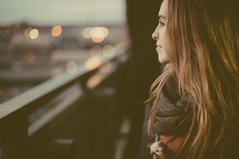 一人旅の女性画像
