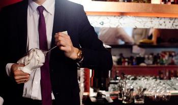 グラスを拭く男性バーテンダー