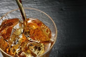 ロックグラスとウイスキーの画像