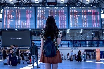 旅立つ女性の画像