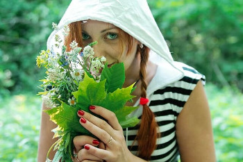 香草を持つ女性の画像
