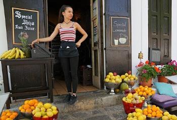柑橘類と女性