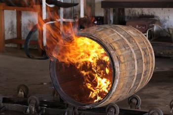 ウイスキー樽を製造中の画像