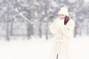 吹雪の中の女性の画像