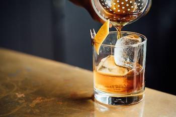 ロックグラスに入ったウイスキーの画像