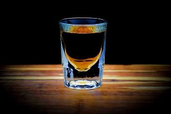 ウイスキーの入ったショットグラスの画像
