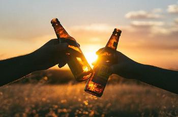 ビールで乾杯するふたりの画像