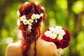 バラを持つ女性の画像