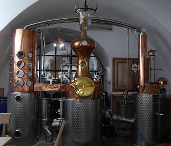 現代の連続式蒸溜機の画像