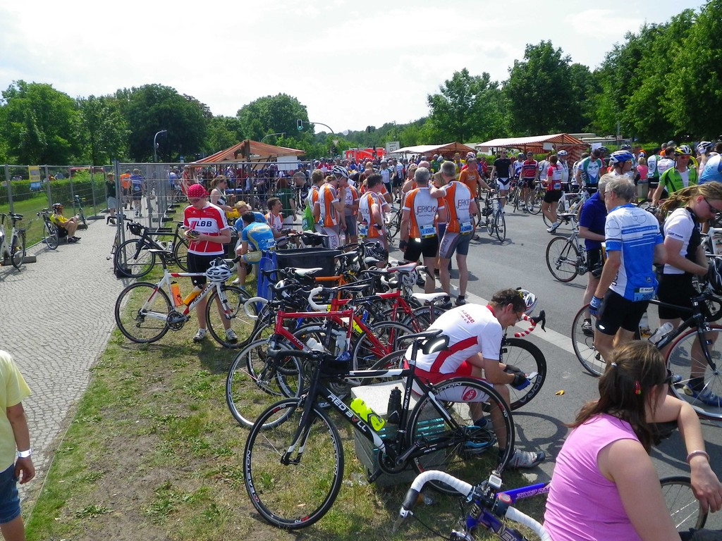 Der Verpflegungsbereich prall gefüllt mit 11200 Racern und ihren Reitern..